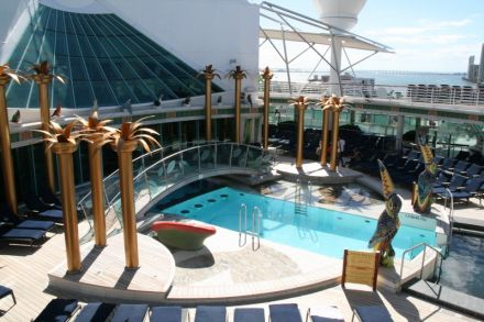 liberty of the seas bailamelagua swimming pool